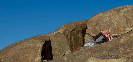 Bedouin-Man-Texting-on-Mount-Sinai