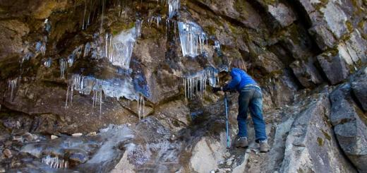 Zac picks icicles from the rock en route from Khumjung to Phortse Tenga