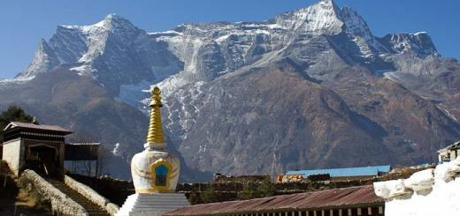 Chorten with view of Kong De - Namche Bazar.