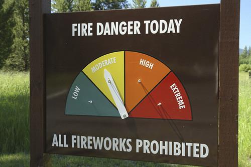 jn9714 OR Oregon Deschutes National Forest Forest Fire Danger sign All Fireworks Prohibited AJD51021 OR Oregon Deschutes